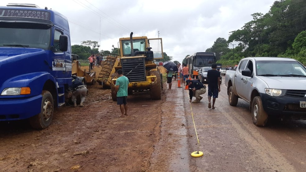 Polícia Rodoviária Federal sinalizou a área do acidente — Foto: PRF/Divulgação