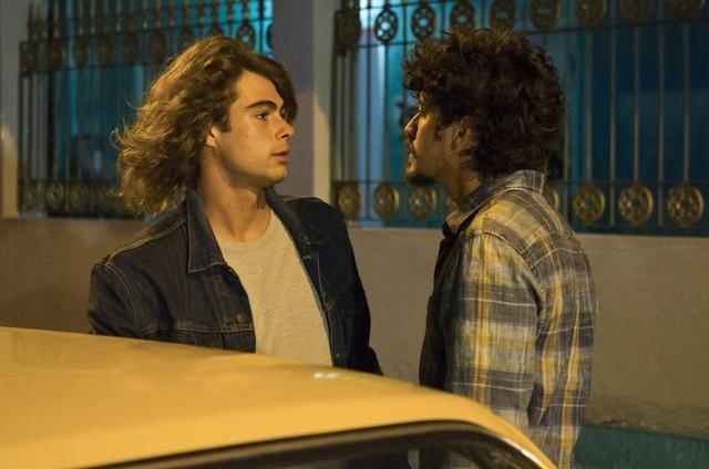 Rafael Vitti e Jesuíta Barbosa em cena de 'Verão 90' (Foto: Cesar Alves/ TV Globo)