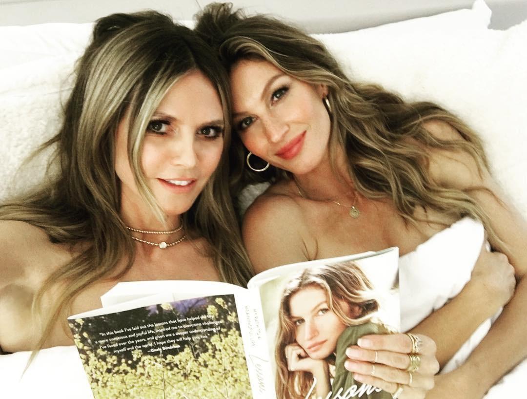 """Gisele Bündchen e Heidi Klum posam juntas na cama: """"Histórias pra ninar"""""""