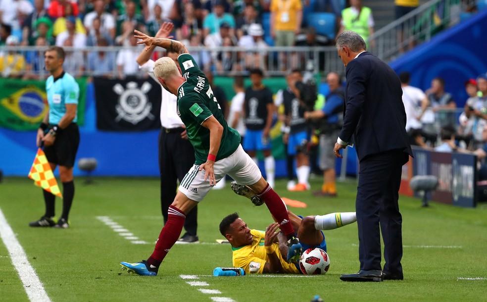Neymar e Layún: pisão do mexicano deu o que falar e motivou críticas ao brasileiro na imprensa internacional (Foto: Michael Dalder/Reuters)