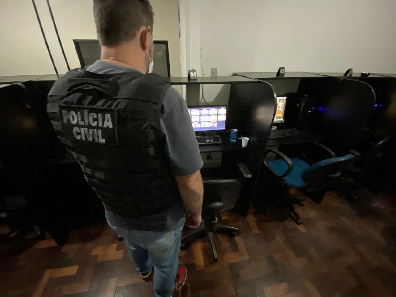 Bingo clandestino é fechado, e polícia apreende nove máquinas caça-níqueis, em Ponta Grossa
