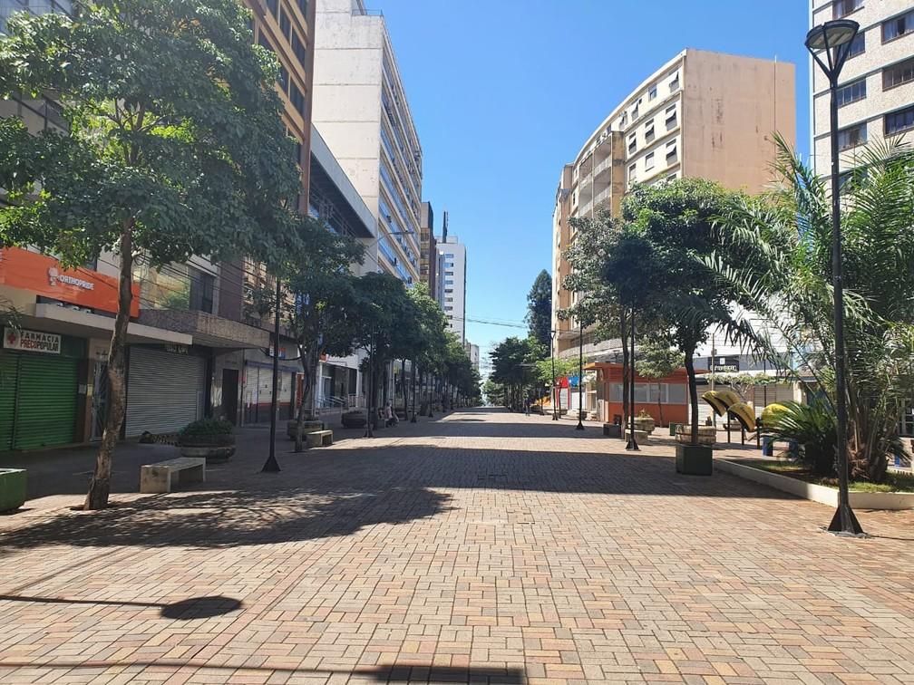 LONDRINA - Assim como em outras cidades, calçadão de Londrina ficou vazio após o fechamento de lojas, restaurantes e quiosques — Foto: Kathulin Tanan/RPC Londrina