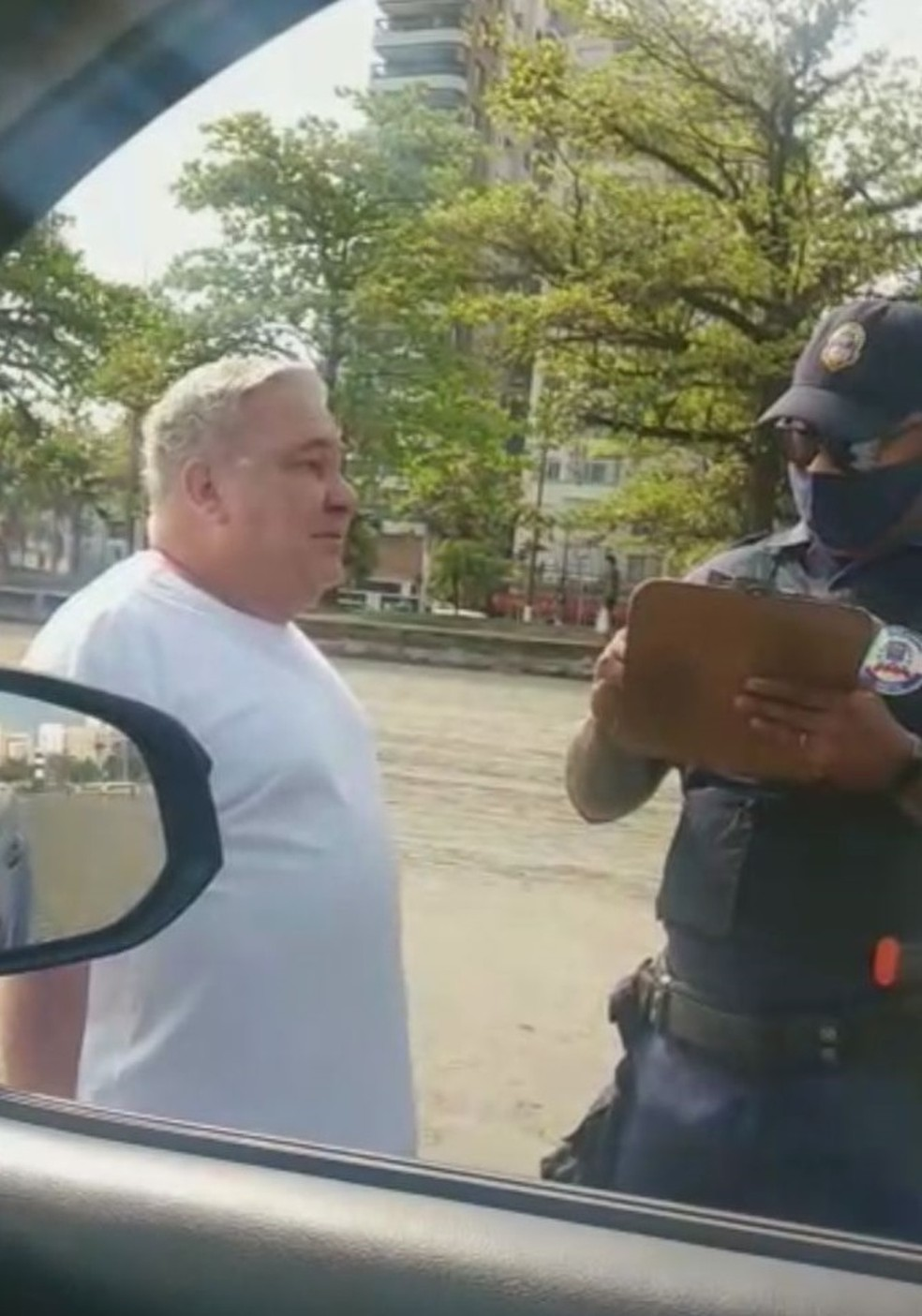 Guarda Civil foi humilhado por desembargador durante fiscalização em Santos. — Foto: Reprodução