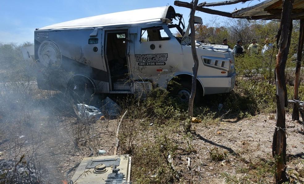 Carro-forte foi assaltado na BR 407, a 10 km de Jaicós. (Foto: Cidades da Net)