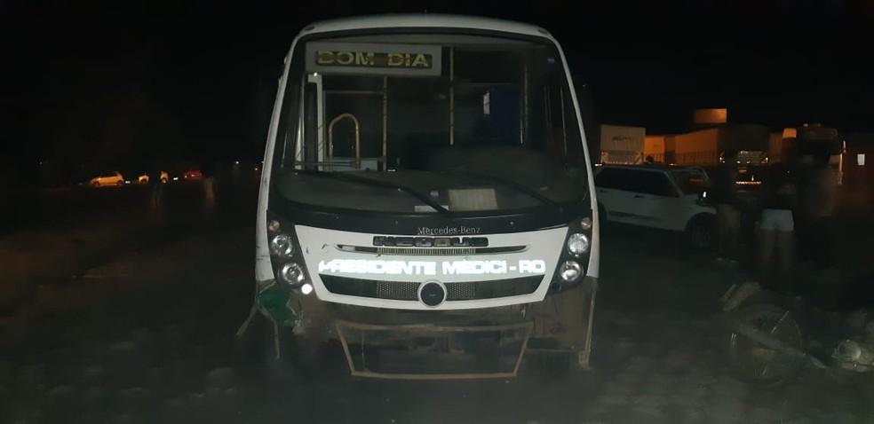 Micro-ônibus envolvido no acidente na BR-364 — Foto: PRF/Divulgação