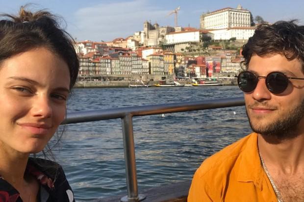 Laura Neiva e Chay Suede na cidade de Porto, em Portugal (Foto: Reprodução/Instagram)
