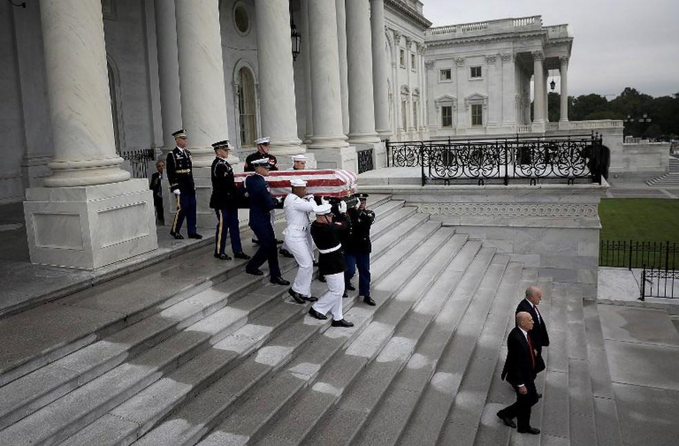 Caixão com o corpo do senador John McCain deixa o Capitólio, sede do Congresso dos EUA, na manhã deste sábado (1º)  (Foto: Win McNamee/Getty Images/AFP )
