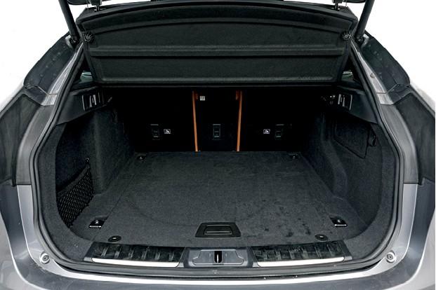 Jaguar F-Pace SVR - Porta-malas tem  ótimos 650 litros e pode chegar a 1.731 com bancos rebatidos (Foto: Christian Castanho)