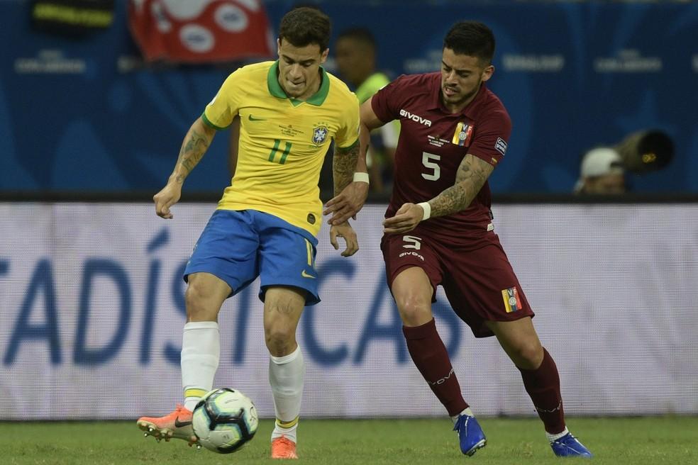 Philippe Coutinho recebe a marcação de Moreno — Foto: AFP