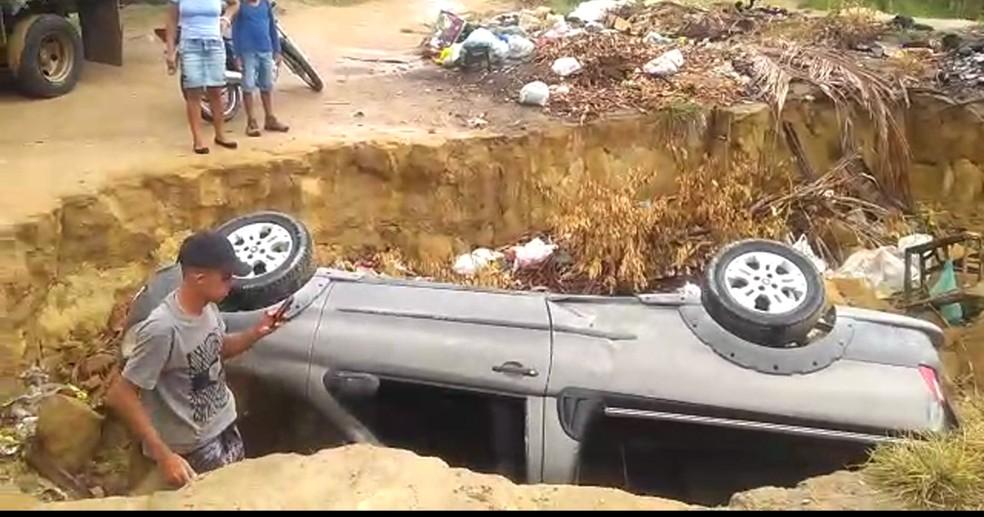 Acidente ocorreu na Rua da Boeira, no Cabo de Santo Agostinho (Foto: Reprodução/TV Globo)