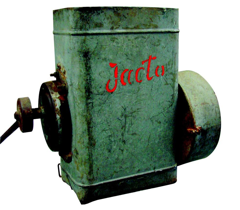 Polvilhadeira costal foi o primeiro produto desenvolvido pela Jacto (Foto: Jacto Agrícola/Divulgação)