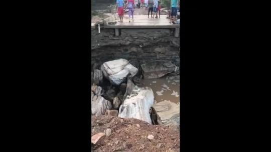 Acesso à zona rural de Girau do Ponciano, AL, é prejudicado após destruição de ponte por temporal