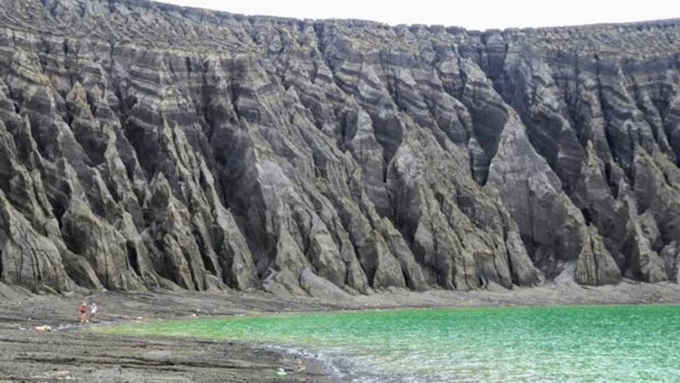 A erosão causada pela chuva esculpiu as falésias ao redor da cratera — Foto: Dan Slayback