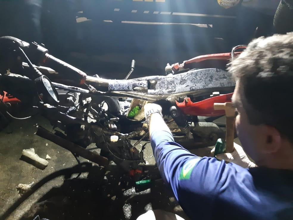 Agentes da PRF encontraram a droga no tanque da motocicleta — Foto: Reprodução/TV Gazeta