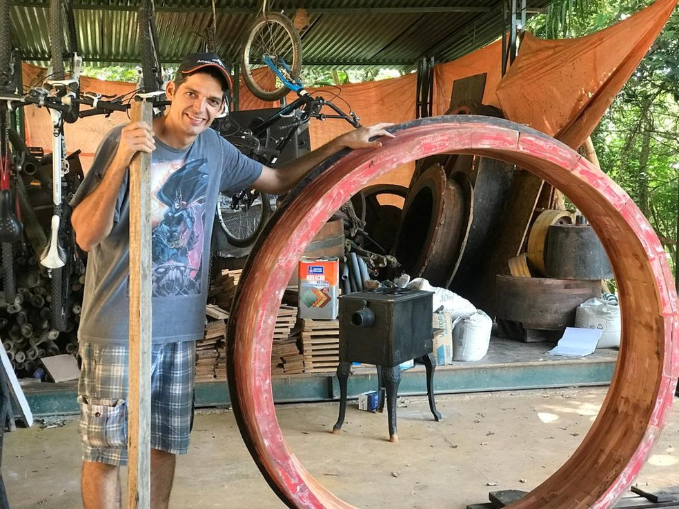 Getúlio com a estrutura da famosa porta redonda, parte essencial da cabana inspirada nas tocas dos hobbits — Foto: Arquivo pessoal