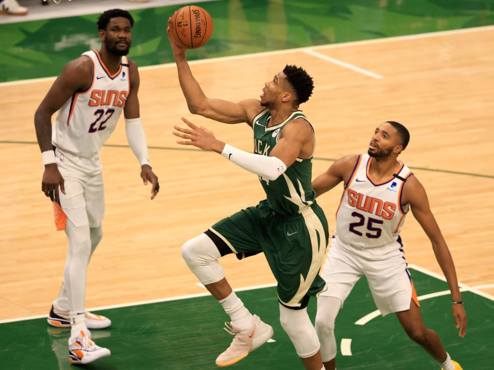 Giannis domina os Suns — Foto: Justin Casterline/Getty Images