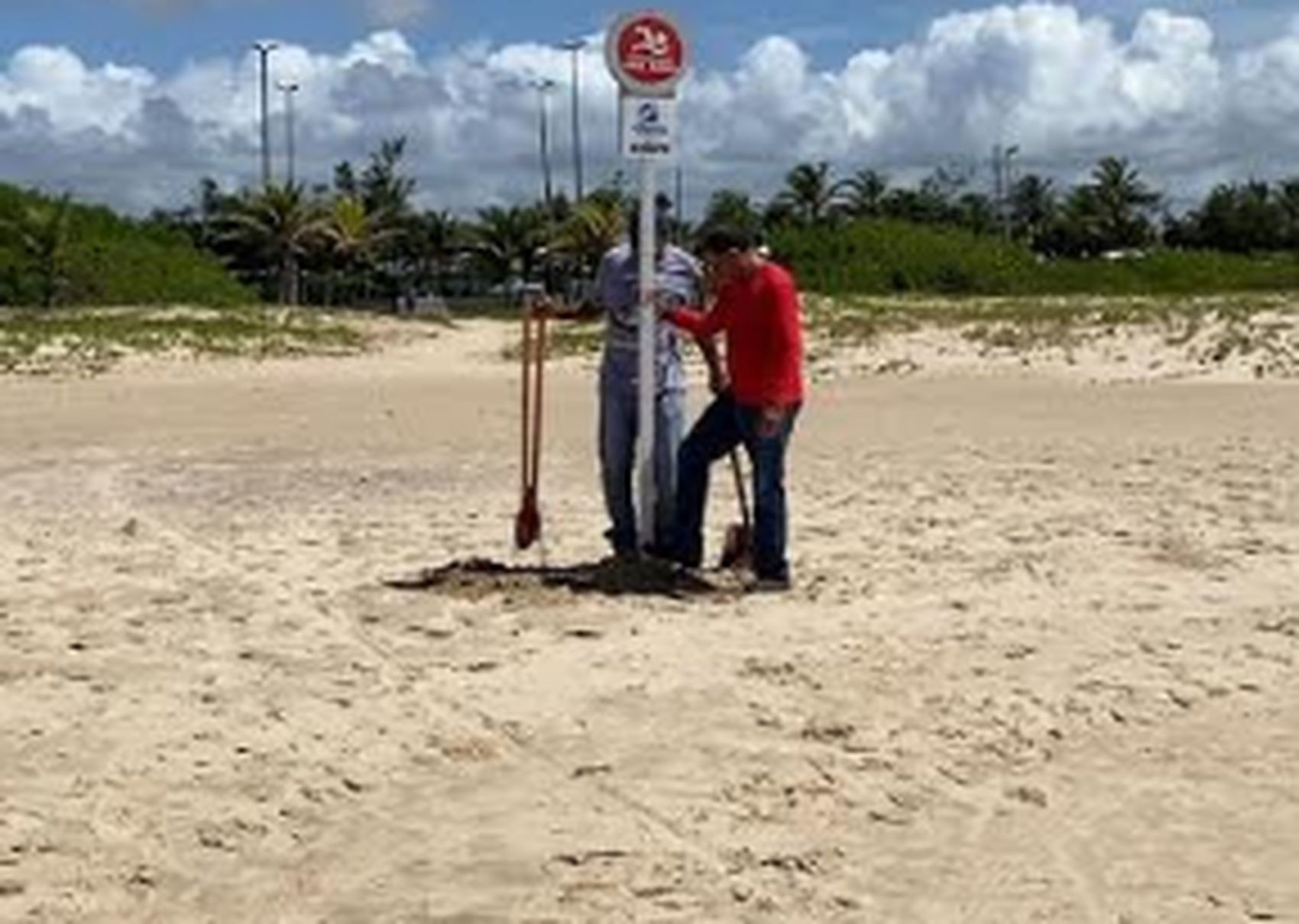 Adema instala placas de alerta para que banhista evitem o uso das praias durante a pandemia