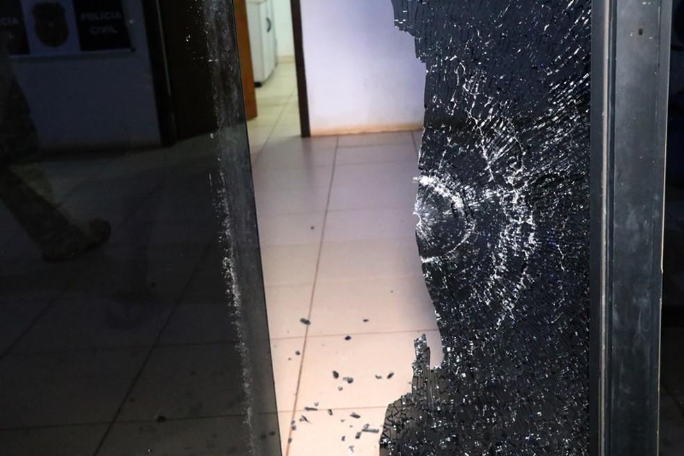 Foto mostra estrago feito pelos disparos contra a delegacia de Nova Mutum — Foto: Djeferson Kronbauer/Power Mix