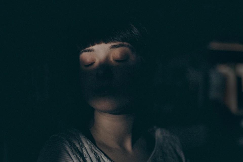 Ser humano possui duas fases de sono: REM, dos sonhos, e NREM, mais tranquila (Foto: Pixabay/StockSnap/Creative Commons)