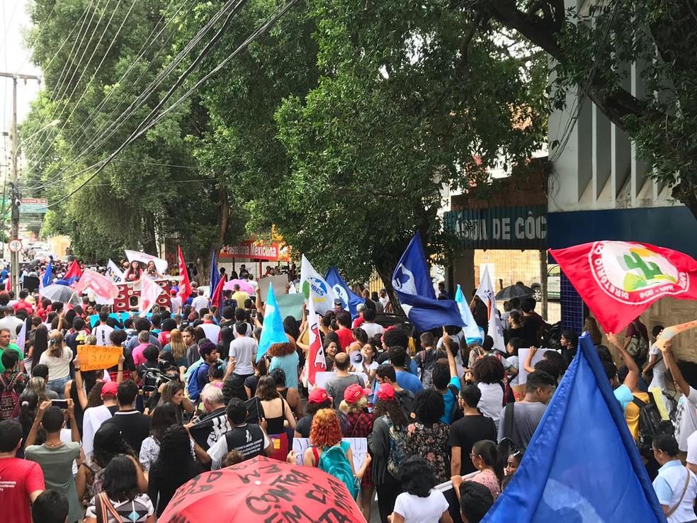 Protesto contra bloqueios de recursos da educação percorreu ruas do Centro de Teresina — Foto: Lorena Linhares/ G1 PI