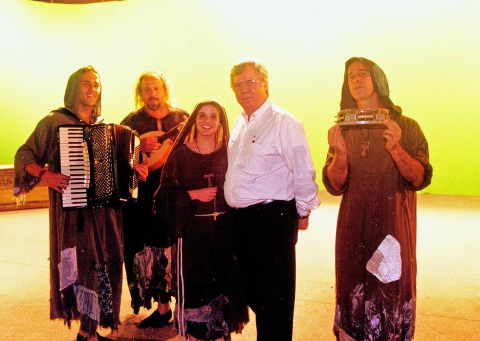 O diretor Roberto Farias posa para foto com atores durante gravação da série 'Brava Gente', em 2001 (Foto: Acervo Globo)