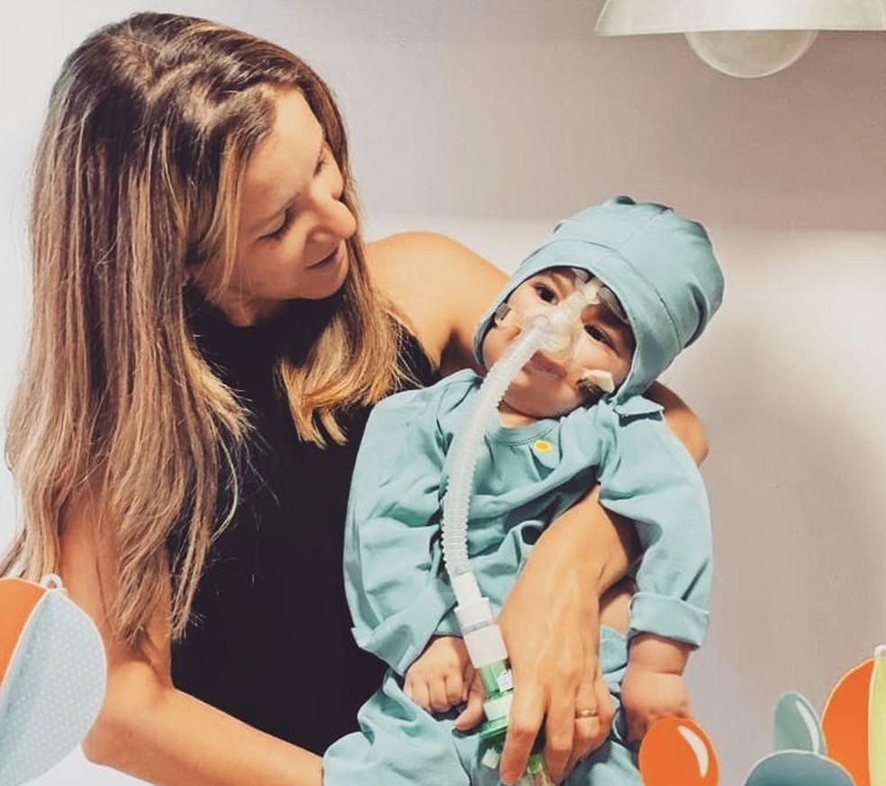 Andreia Melo ao lado do filho, Rafinha, que tem AME tipo 1 — Foto: Facebook Andreia Melo/Reprodução