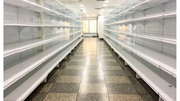 Com alta dependência de importações, a Venezuela vive um grande desabastecimento com falta de alimentos e medicamentos nos mercados, farmácias e hospitais (Foto: EPA via BBC News Brasil)