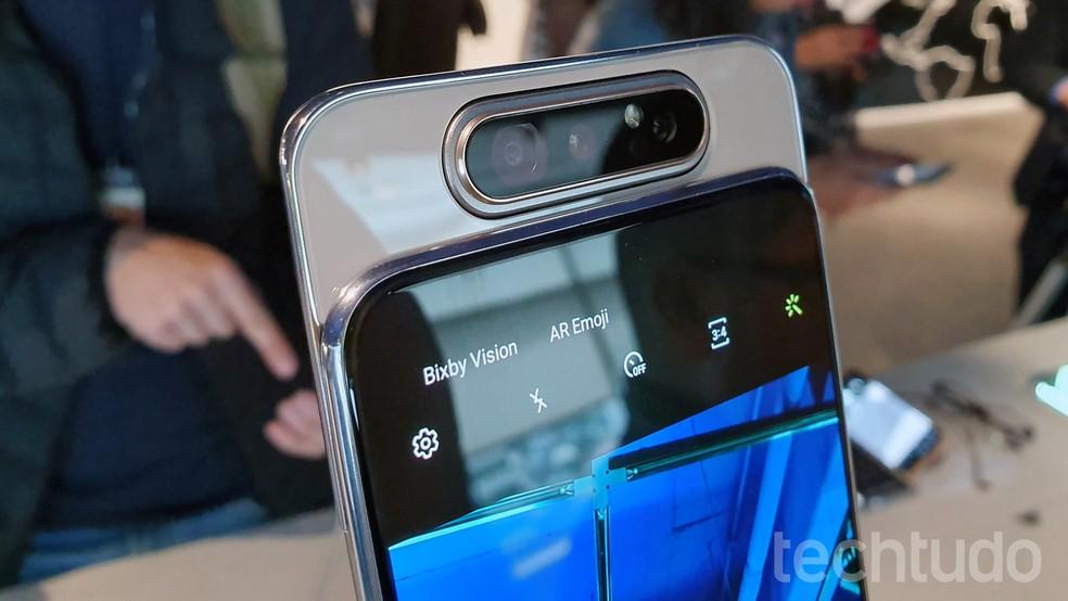 Galaxy A80: celular conta com câmera tripla — Foto: Thássus Veloso/TechTudo