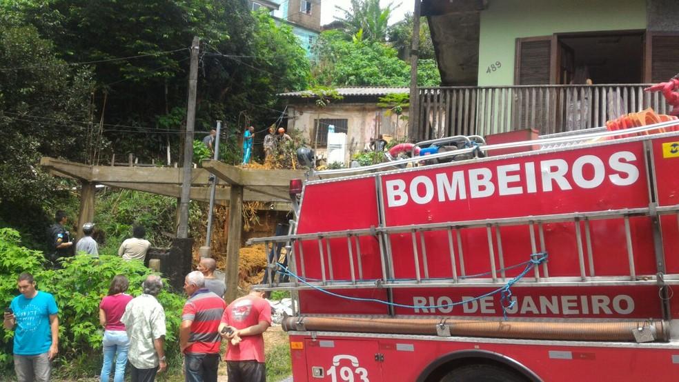 Deslizamento de terra no Alto Independência, em Petrópolis. Bombeiros buscam por soterrados (Foto: Rogério de Paula/Inter TV)