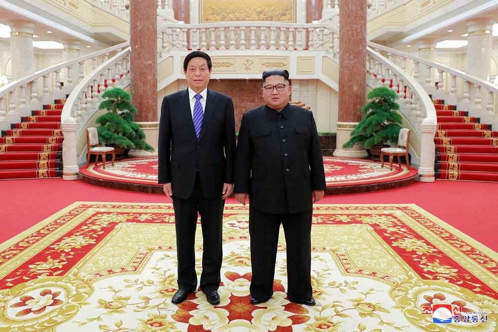 -  Li Zanshu,   39;número três  39; de Pequim, se reúne neste domingo  9  com o líder da Coreia do Norte, Kim Jong-un  Foto: KCNA/via Reuters