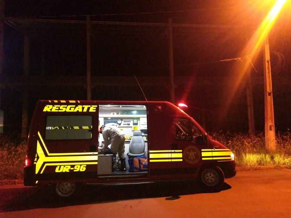 Adolescente foi socorrido pelo Corpo de Bombeiros após cair de um prédio em busca de Wi-Fi, em Maracaju (MS). — Foto: Site Maracaju Speed
