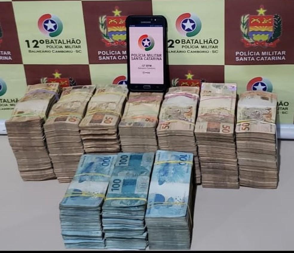 Polícia encontrou R$ 500 mil em motel no Litoral catarinense — Foto: PM/Divulgação