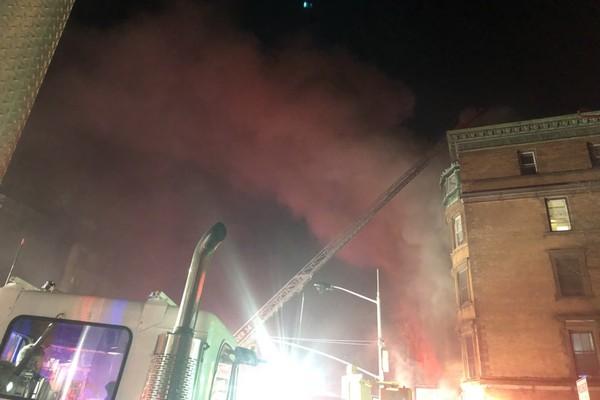 O incêndio no set do filme com Bruce Willis e Edward Norton que resultou na morte de um bombeiro (Foto: Twitter)