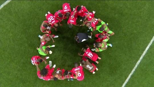 Jogadores do Panamá se ajoelham e rezam no gramado após despedida da Copa com pior campanha