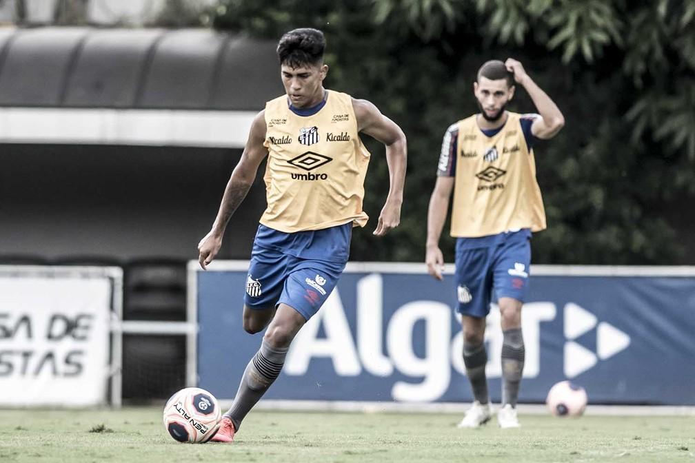 Ivonei em treino com os profissionais do Santos — Foto: Ivan Storti/Santos FC