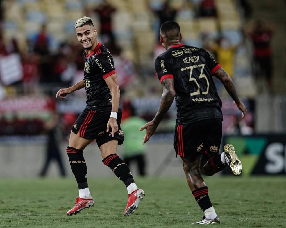 Andreas comemora golaço de falta com Kenedy — Foto: André Mourão / Foto FC