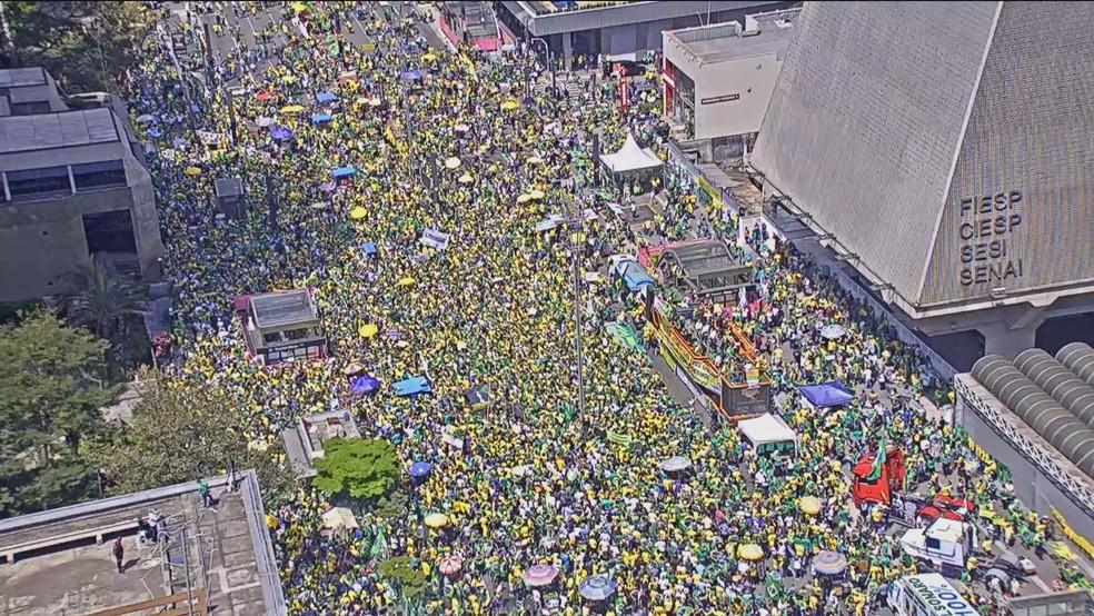 Bolsonaristas se reúnem na Avenida Paulista, na altura da Fiesp — Foto: Reprodução/GloboNews