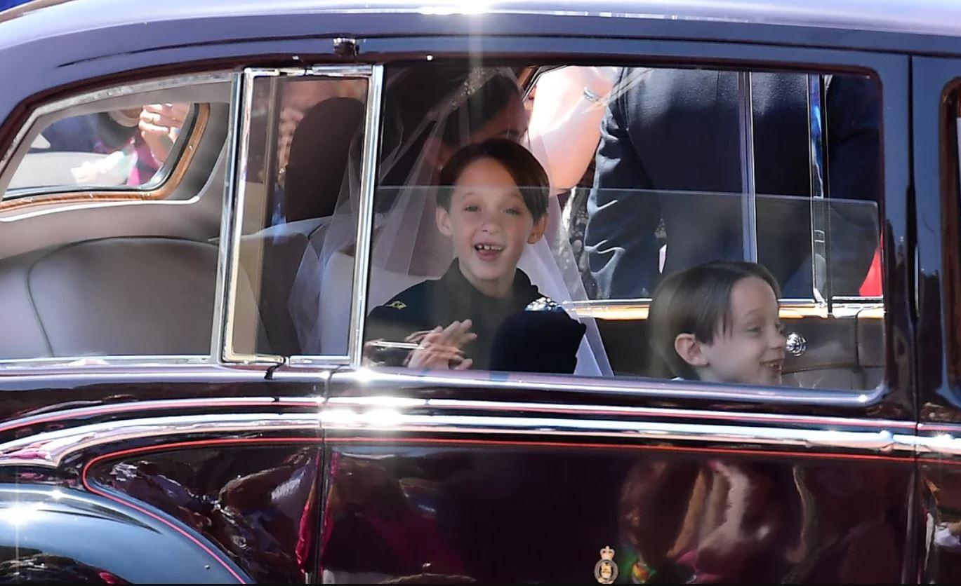 Meninos foram ao casamento no carro da noiva (Foto: Reprodução Youtube)