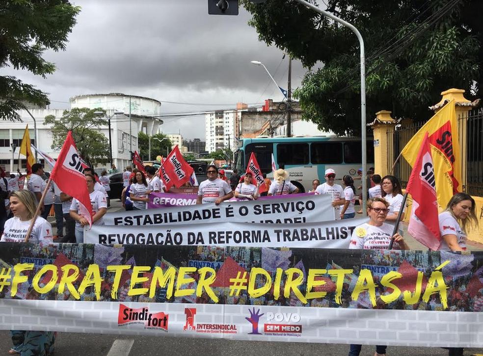 Ato iniciou cedo no Aeroporto Internacional Pinto Martins em Fortaleza. Em seguida manifestantes foram para o Centro de Fortaleza. (Foto: Jaqueline Lima)
