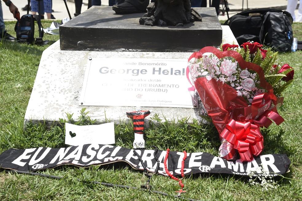 Homenagens em frente ao Ninho do Urubu — Foto: André Durão / GloboEsporte.com
