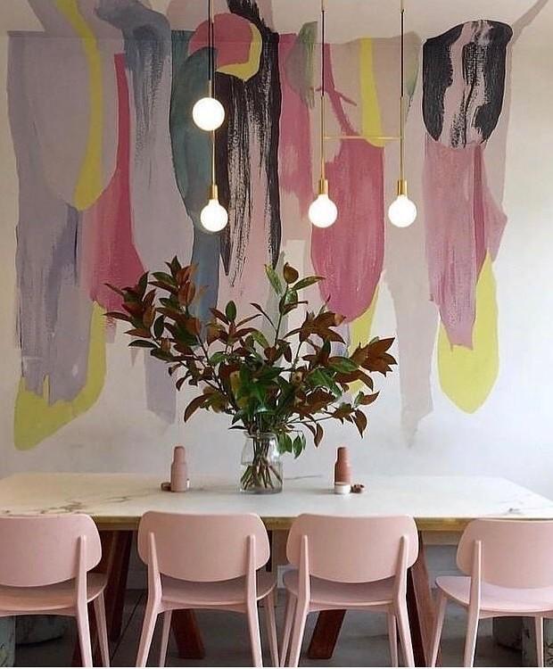 Teto e parede ganham pinceladas irregulares de tinta, com alturas distintas, o que dá essa sensação de trabalho inacabado. Ideia sugerida pelo perfil @casa.pensada (Foto: Reprodução Instagram)