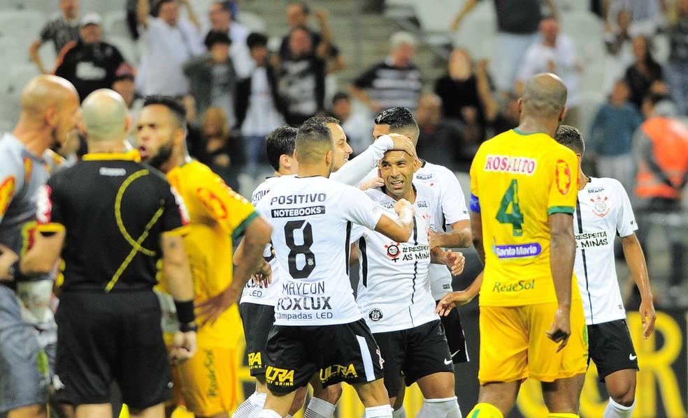 41bca81b61 ... Emerson Sheik comemora o gol marcado sobre o Mirassol — Foto  Marcos  Ribolli