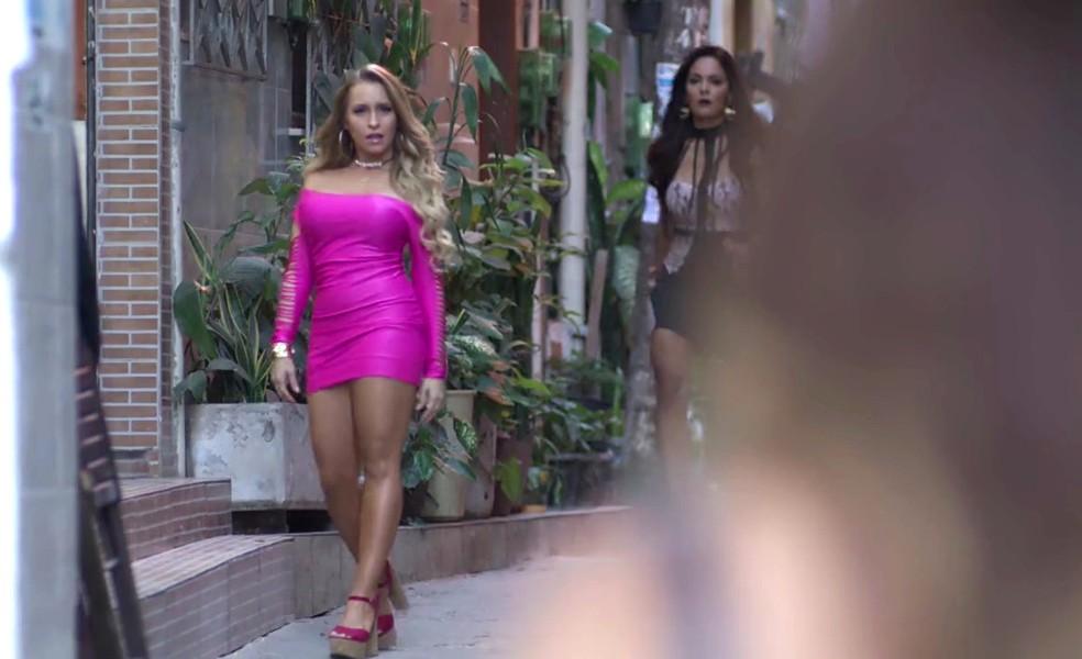 Em 'A Força do Querer', Carine (Carla Diaz) aparece glamourosa para Bibi (Juliana Paes)  — Foto: Globo