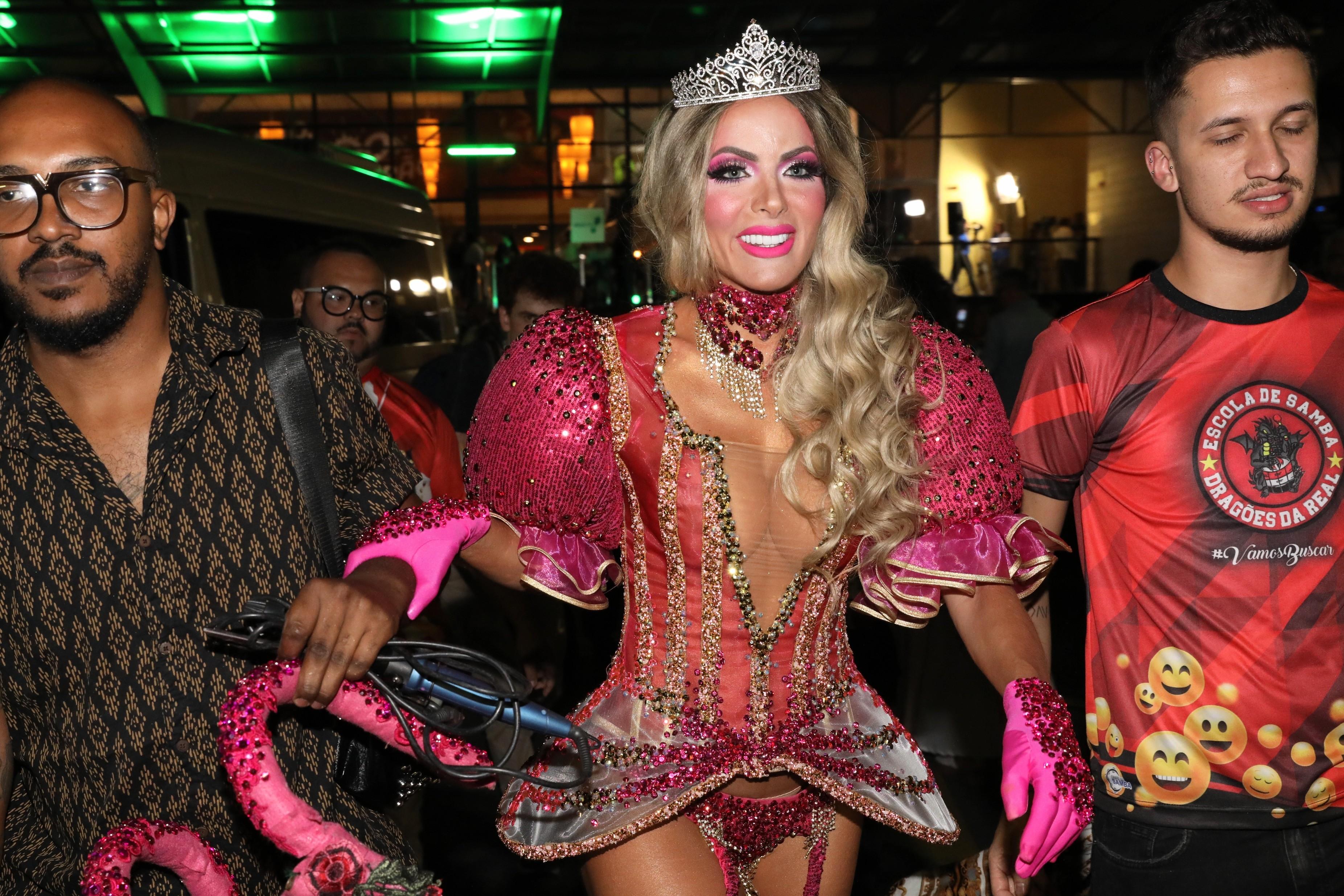 Carla Prata, musa da Dragões, chora antes de entrar na avenida: 'enredo tem a ver com minha doença rara'