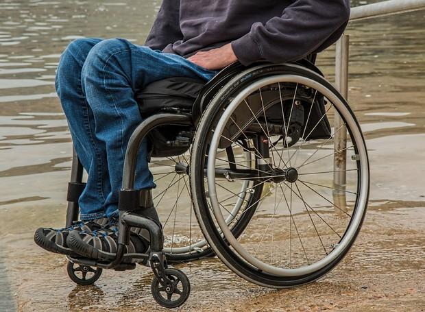 Cadeira de rodas normal para pessoa paraplégica ou com alguma imobilidade nas pernas (Foto: Pixabay)