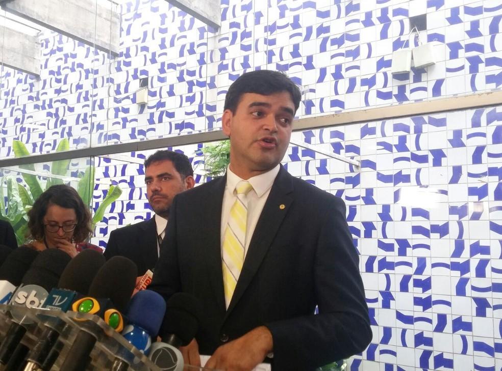 O deputado Rubens Pereira Junior concede entrevista para explicar parecer favorável à reeleição na Câmara (Foto: Sara Resende/G1)