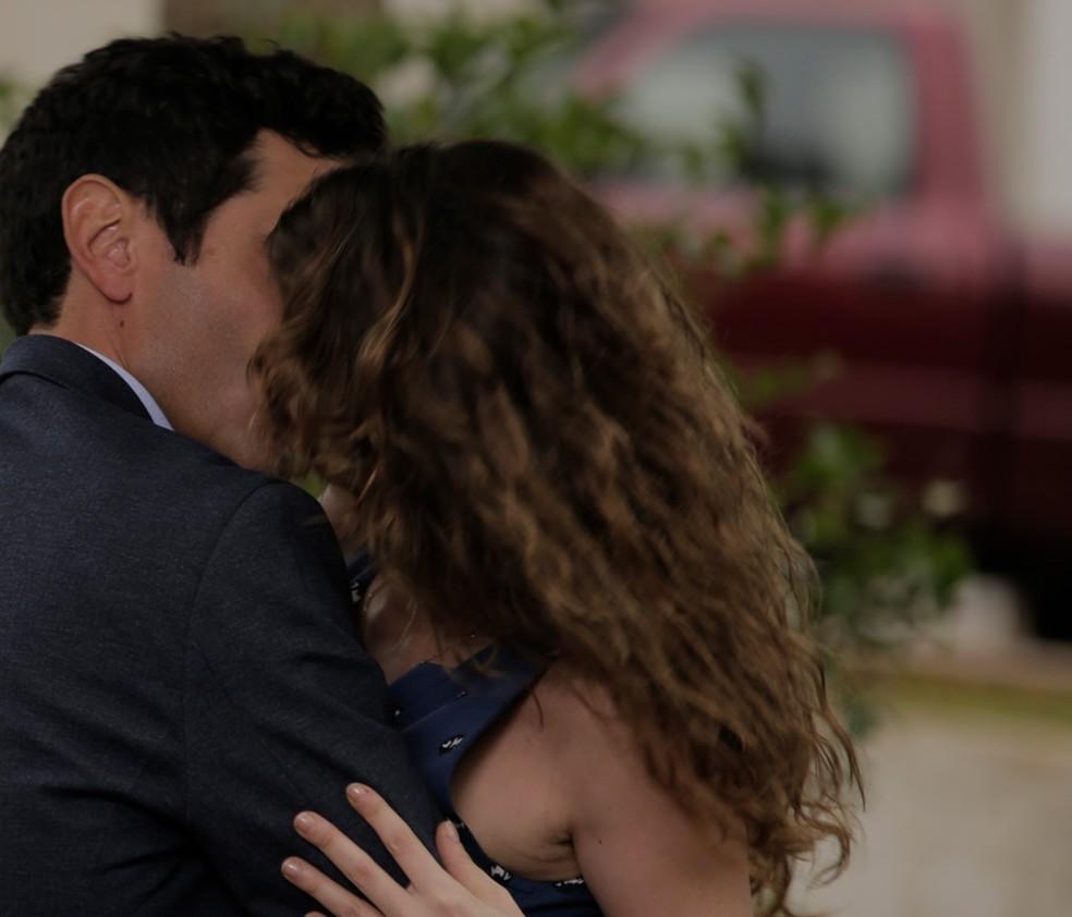 Isabel tasca beijo em Marcelo — Foto: Felipe Nahon/Gshow