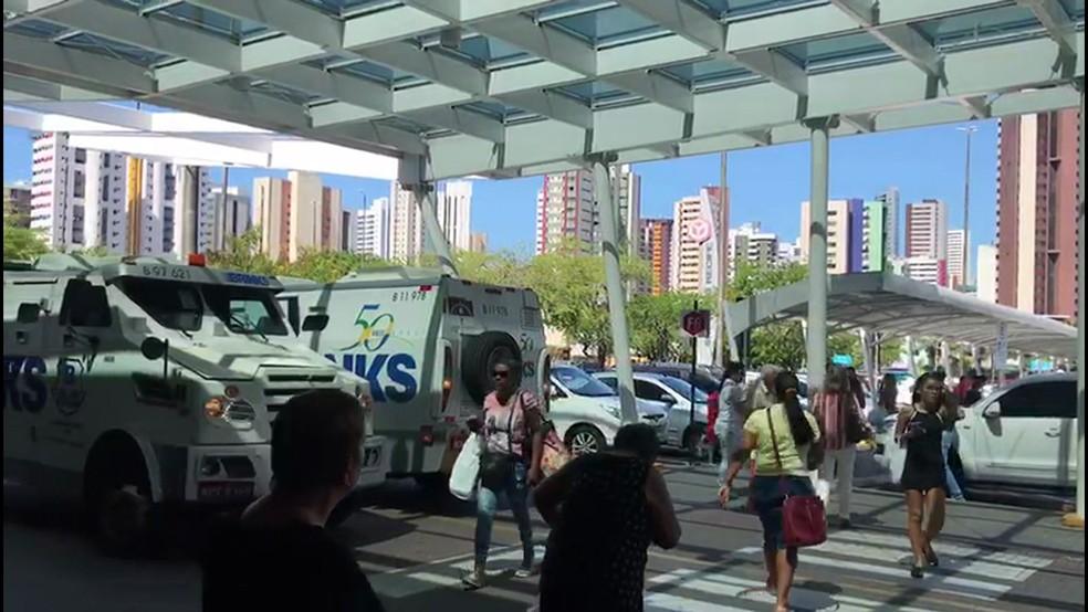 Carro-forte estava no estacionamento do Shopping Recife, na Zona Sul da capital, quando ocorreu o assalto — Foto: Reprodução/TV Globo