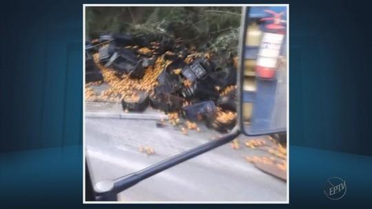 Carreta carregada de laranjas tomba e deixa motorista ferido