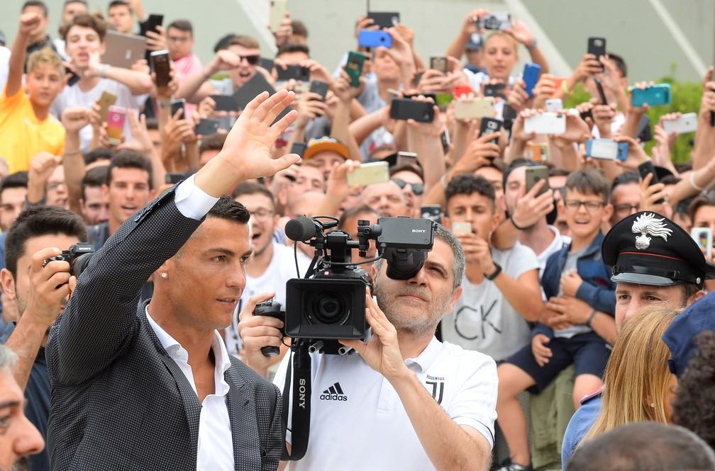 Chegada de Cristiano Ronaldo levou centenas de torcedores ao CT da Juventus (Foto: REUTERS/Massimo Pinca)